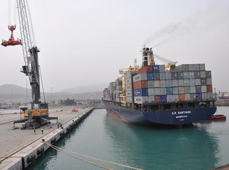 İlk gemi limana demir attı